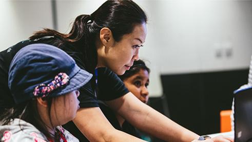 volunteer-helping-student