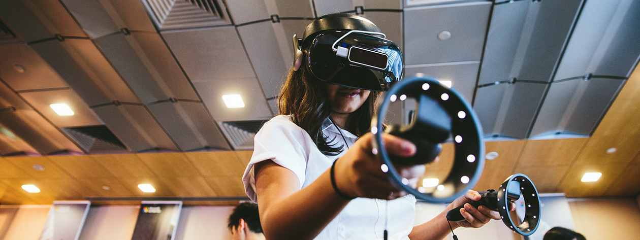 student-with-VR-lens